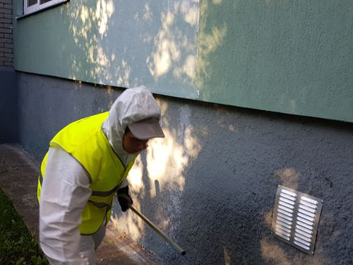 Applying CleverCOAT PRO anti-graffiti emulsion to the surface